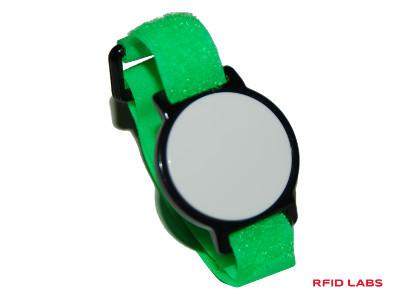 Un bracelet piscine RFID magnétique avec bracelet velcro de couleur interchangeable