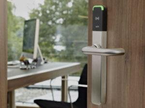 Une serrure plaque béquille autonome à carte RFID sans contac SALTO