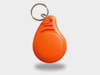 Une porte clé RFID orange avec une puce MIFARE® de contrêolde d'accès