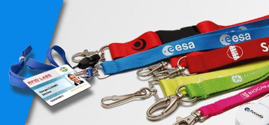Des porte-badges, des cordons tour de cou personnalisés avec le logo des entreprises sont présentés